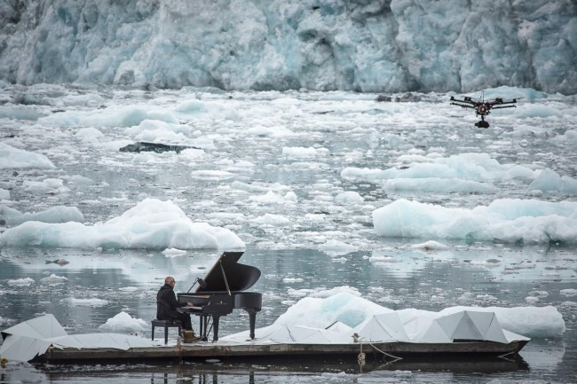 drone-films-ludovico-einaudi-in-the-arctic